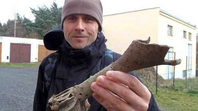 NALEZENOU střepinu posoudil Miroslav Löbl Suchel ze stříbrského Klubu vojenského opevnění.