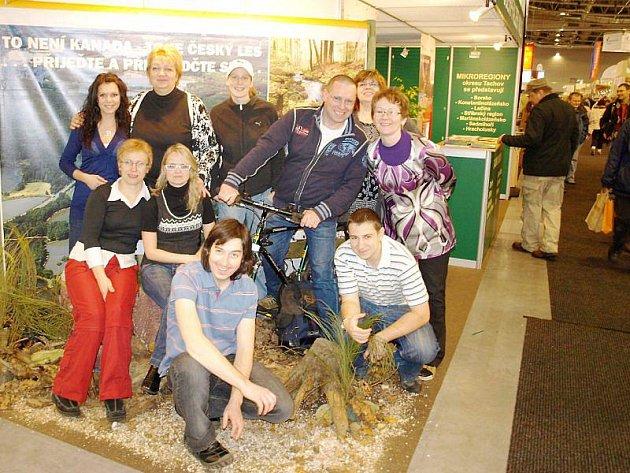 Na veletrhu Regiontour se v Brně prezentovalo také Tachovsko.  O propagaci našeho regionu se staral kolektiv deseti lidí (na snímku).