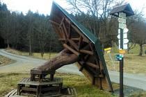 Odpočívka na křižovatce turistických cest u Zlatého Potoka vzala za své. Novou plánuje Lesní správa Přimda zhotovit do léta.