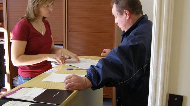 Pavel Hutňan se jako klient ve stísněných prostorách pracoviště Státní sociální podpory ve Stříbře necítí nejlépe. Podobný názor mají i další klienti.