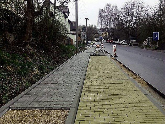 Obyvatelé Plzeňské ulice a okolí se dočkají nového souvislého chodníku.