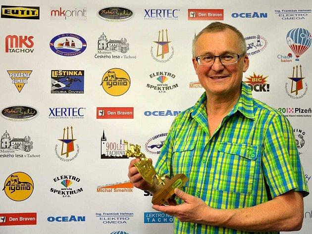 Pořadatel Bohumír Kráčmar, s cenou pro vítěze – takzvanou Čochtankou.