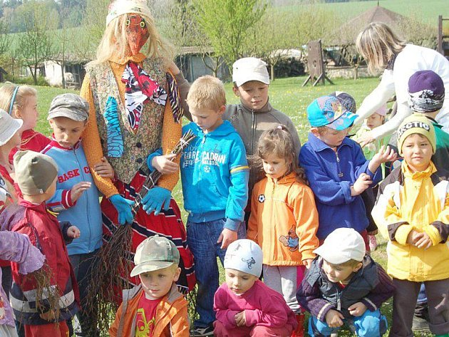 Děti z Mateřské školy v Lomu u Tachova se pochlubily vlastnoručně vyrobenou čarodějnicí.