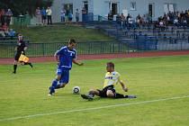 DOMÁCÍ MARTIN DVOŘÁK takto položil na zem hráče Jiskry Mandouse, dostal se přes něj a přesnou střelou korigoval stav utkání na 1:2.
