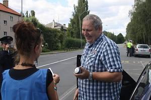 VZORNÍ ŘIDIČI obdrželi po středeční policejní kontrole na výpadovce ve Stříbře plechovku nealkoholického piva a tester na alkohol. S úsměvem dárek přivítal Roman Roman z Těchlovic.