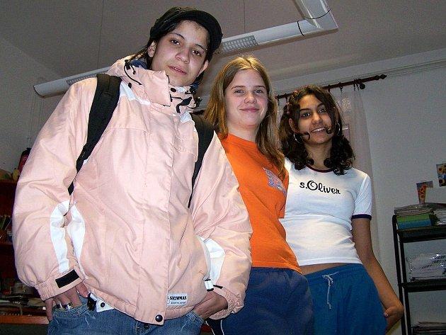 Angelika Bandová, Lucie Kralovičová a Lucie Horváthová (zleva) stěhování domova z areálu nemocnice v Plané vítají.