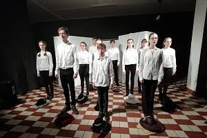 Noc divadel v Příbrami se opět konala k 17. listopadu, letos však k výročí 30 let svobody. Plánský soubor Ježkovy Voči se proto prezentoval svým Hrdinstvím.