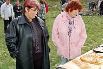 Sladké pochutiny zaujaly také návštevnice Marianu Gadušovou a Marii Gajdošovou (zleva). Sobotních Slavností jablek se na Krasíkově zúčastnilo téměř dvě stě lidí.