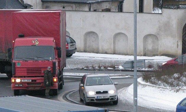 Porucha kamionu komplikovala dopravu v Tachově.
