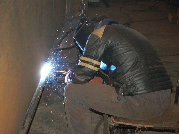 PRACOVNÍCI VE FIRMĚ Franz Eder v Tachově vyrábějí komponenty pro různé jeřáby, přepravníky nadměrných nákladů a další výrobky.