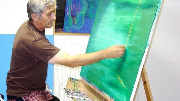 Pavel Koller ve svém ateliéru na chalupě.