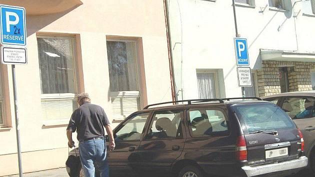 Dopravní značení vyhrazující parkování pouze pro vozidla městského úřadu a hygienické stanice zmizí, zákaz vjezdu do ulice K. H. Borovského ale zůstane.