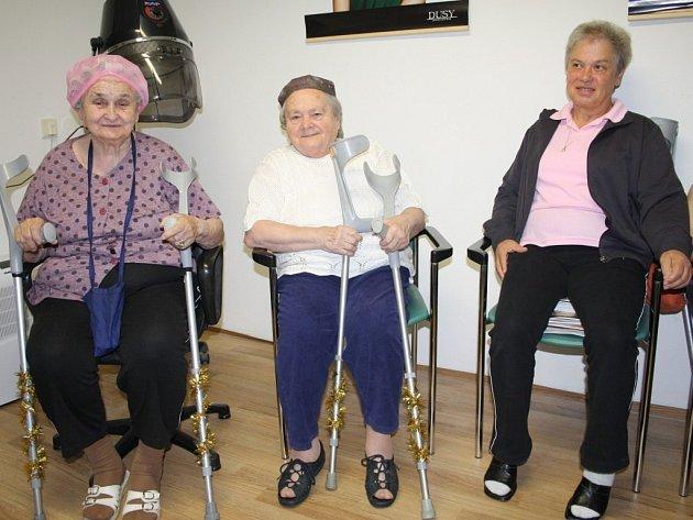 PŘÍPRAVY NA soutěž Miss staré koleno. Božena Blažková, Vlasta Broncová a Blažena Dykasová (zleva) čekají na nový účes. Božena Blažková s Vlastou Broncovou už si navíc stihly ozdobit francouzské hole.