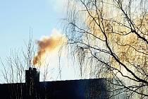 Především při zatápění v kotlích na pevná paliva komíny kouří