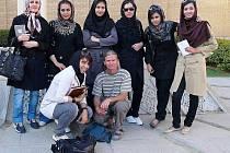 JIŘÍ KRUPIČKA se skupinou studentek angličtiny ve městě Isfahánu.