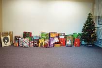 Během štědrého dne v Domově pro osoby se zdravotním postižením nechyběl ani stromeček a kopa dárků.