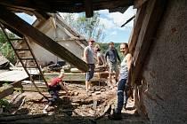 Loni opravovali účastníci workcampu propadlý krov.