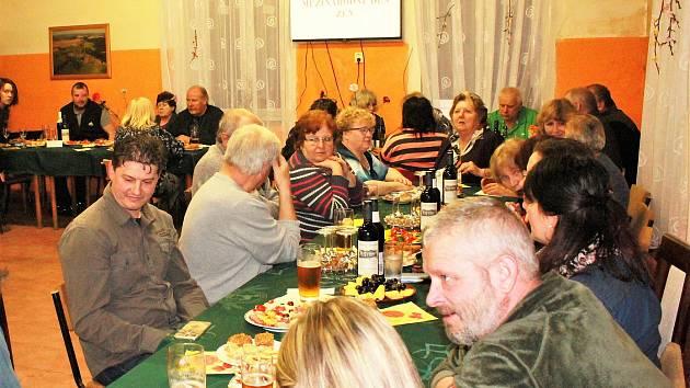Obyvatelé Labutě se sešli na oslavě MDŽ, hrálo se, zpívalo se a dražil se i dort.