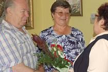 Manželé Ludmila a Kazimír Mužíkovi přijímají gratulaci k výročí svatby od Anny Báčové.