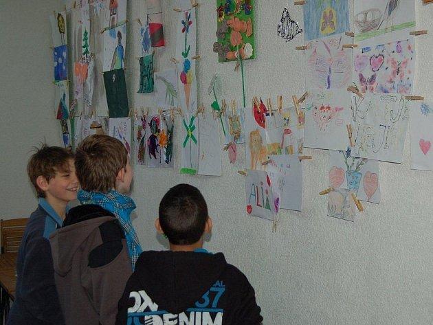 Výstava dětských prací se v těchto dnech koná v komunitním centru v Tachově.
