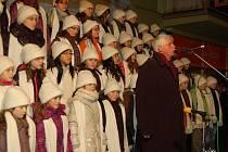 DĚTSKÝ SBOR zpíval ve středu v podvečer pod tachovským vánočním stromem.