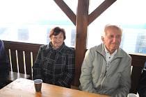 Anna Zušťáková a učitel František Čadek na setkání pamětníků v Bernarticích