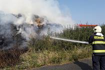 Požár stohu se slámou u vesnice u Holyně.