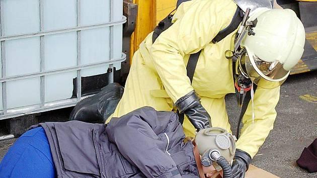ZAMĚSTNANCŮM, kteří se nadýchali výparů kyseliny, nasadili hasiči masky.