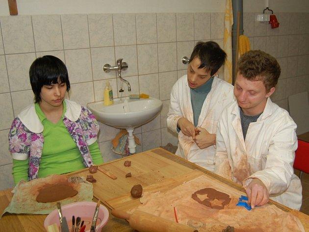 V rámci Dne otevřených dveří se mohli návštěvníci seznámit s dětskou tvořivostí. Snímek pochází z keramické dílny.