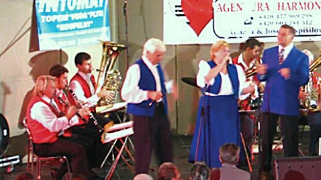 Moravěnka zahrála známé lidové písničky, lidé aplaudovali ve stoje a zazpívali si s kapelou.