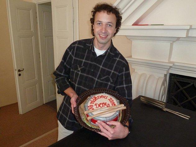 ROBERT DVOŘÁK dostal na rozloučenou od členů Dechového orchestru mladých malý marcipánový bubínek. Samozřejmě i s marcipánovými paličkami.