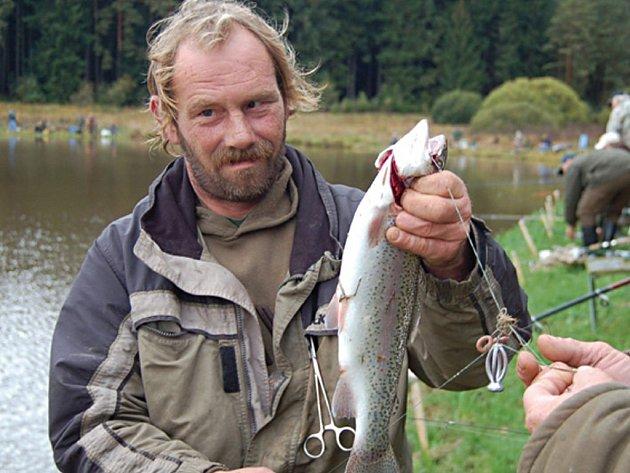 Josef Poláček chytil pstruha čtyřicátníka. Moc práce mu to nedalo, a ostatní rybáře tím trochu pozlobil.