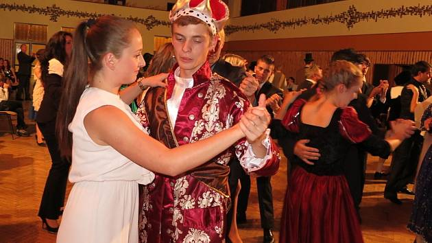 První prodlouženou mají za sebou účastníci Základního tanečního kurzu 2015 ve Stříbře.