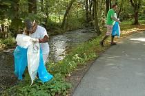 Alej U Minerálky v Tachově a Zámecký park v Boru uklízeli v sobotu a v neděli dobrovolníci v rámci mezinárodní akce Ukliďme svět