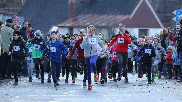 Na Vánoční míli ve Stříbře se nenechaly zahanbit ani děti. Mladých běžců se na Štědrý den sešla více než stovka. A den si pořádně užily.