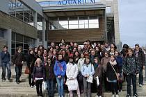Česko-německá skupina před budovou mořského akvária v La Rochelle v březnu 2010.