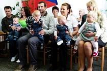 Čtyři nové občánky slavnostně přivítali v sobotu dopoledne na obecním úřadě v Broumově.