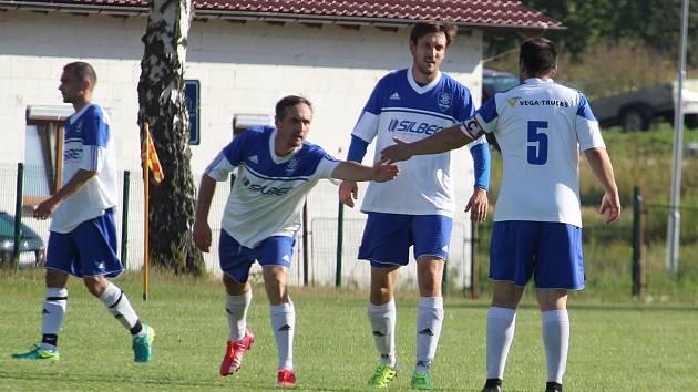 Částkovský Lukáš Bydžovský (druhý zprava) ničí svojí střeleckou potencí skóre soupeřů, do sítě Kšice se trefil pětkrát.