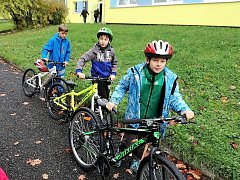 Počasí sice malým cyklistům moc nepřálo, dopravní výchovu v Tachově ale nakonec zvládli všichni. Foto:Hana Pilařová