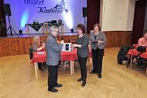 Předsedkyně komise pro občanské záležitosti Jitka Stará přebírá ocenění za práci této komise.