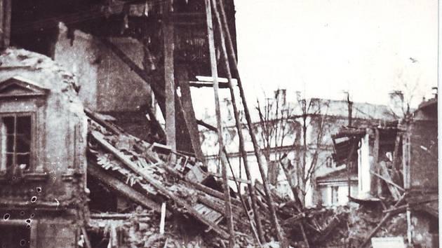 Na fotografii je zcela zničený dům v dolní části Husitské ulice.