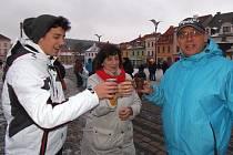 Ve Stříbře se pil před radnicí punč