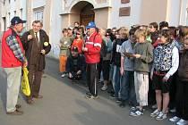 Na cestě turisty doprovázeli školáci