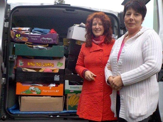 Třicet krabic se sezónním oblečením přivezla Linda Prchalová (vlevo) do Azylového domu pro matky s dětmi v tísni.