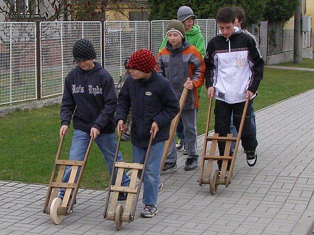 V Sulislavi chlapci s trakárkama nahrazují zvony