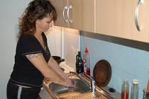UŽ BYDLÍ V NOVÉM. Jiřina Šagátová (na snímku) je první nájemnicí, které byl přidělen byt v novém domě ve Vysočanech. Bydlení si nesmírně pochvaluje.
