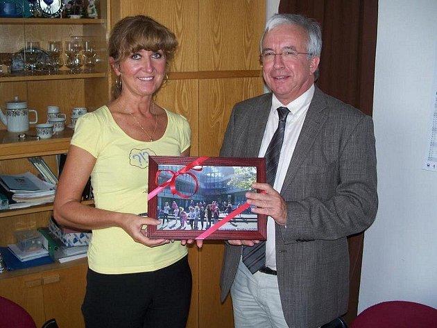 ŘEDITELKA Irena Volkovinská obdržela od Antona Schwemmera darem fotografii Elly Heuss Gymnázia.