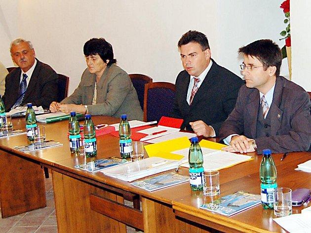 Starosta Boru Petr Kovařík (druhý zprava) čelí kritice městských zastupitelů. Těm se nelíbí jeho prezentace na veřejnosti a způsob jeho práce. Na posledním zasedání dokonce hlasovali o Kovaříkově odvolání.