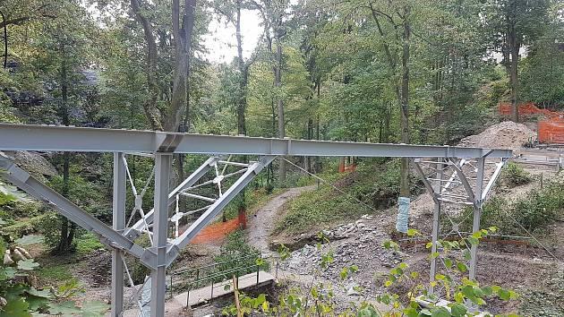 Nová lávka přes městský park ve Stříbře začíná dostávat konkrétní rysy.