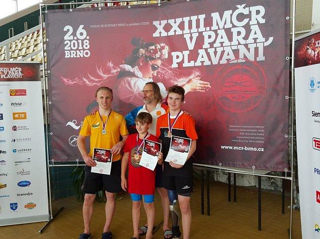 Tachovský David Kratochvíl (v popředí uprostřed) po závodech v Brně.